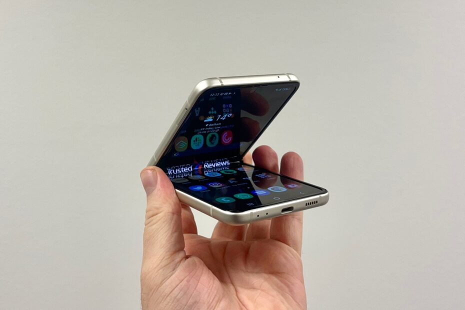 Samsung tries to head off doubts over Galaxy Z Flip 3 and Fold 3 durability